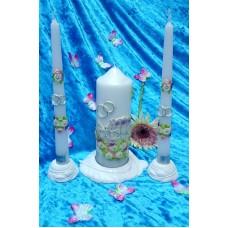 """Комплект """"Карета"""" Свеча 6 х 15,5 см, свечи тонкие 2,3 х 25см - 2 штуки, подсвечники 3 штуки, цвет: белый с серебром, время горения 70 ч и 8ч  №2953.462"""