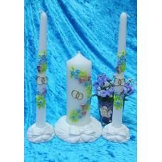 Комплект Свеча Нежность, 6х15,5 см, свечи тонкие 2,3х25см - 2штуки, подсвечники 3 штуки, белая, время горения 40 ч и 8ч  №2928.462 (Рисунок на подсвечниках отличается)
