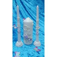 """Комплект Свеча """"Свадебные цветы"""", 7 х 18,5 см и Свечи тонкие 2,3 х 25см - 2 штуки, подсвечники 2 штуки, цвет: белый с сиреневыми цветами, время горения 85 ч и 8ч"""